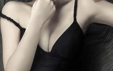 摆脱胸前一马平川 假体隆胸后手感自然吗